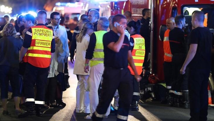 Des-policiers-pompiers-dans-nuit-14-15-juillet-Promenade-Anglais-apres-attentat_0_730_486